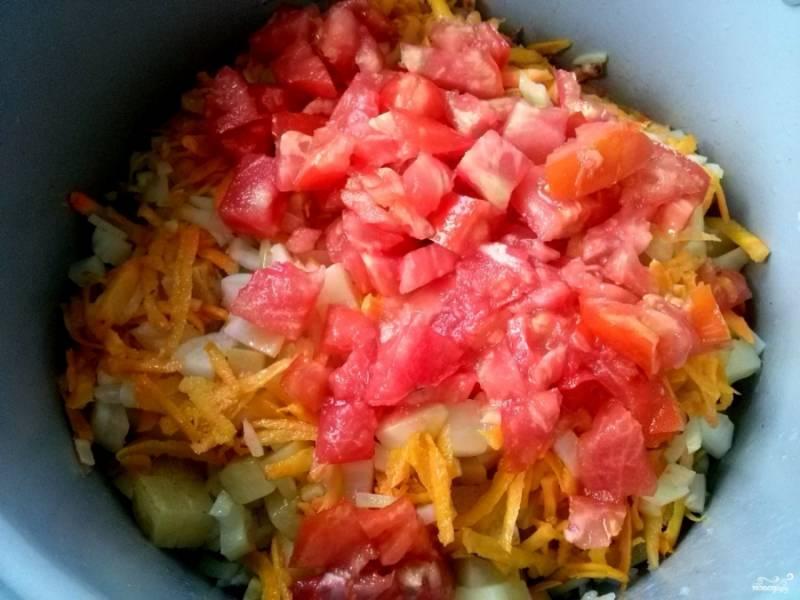 """Промойте рис в холодной воде несколько раз и выложите поверх овощей. Помидоры порежьте на кубики и добавьте в чашу. Добавьте соль, перец и сахар по вкусу. Налейте немного воды. Тушите при закрытой крышке в режиме """"Тушение"""" 30-40 минут."""