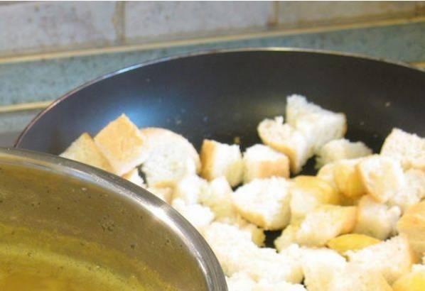 3. Багет режем кубиками и обжарим на оливковом масле. По желанию гренки тоже приправим специями.