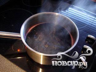 Залить 1 л красного вина в кастрюлю и довести до кипения на среднем огне.