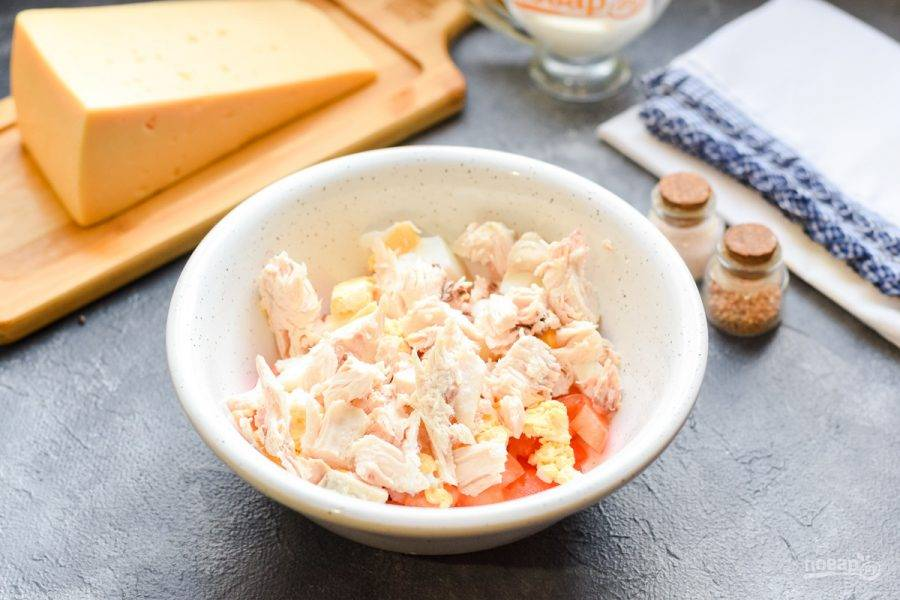 Вареное куриное филе порвите небольшими кусочками или нарежьте. Добавьте в салат к остальным ингредиентам.