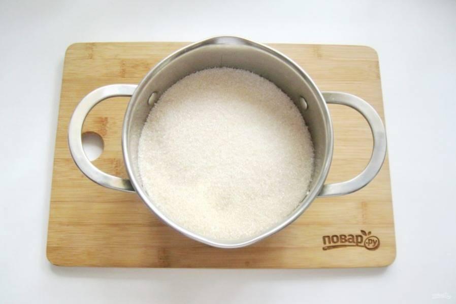 Приготовьте сироп для варенья. В кастрюлю насыпьте сахар.