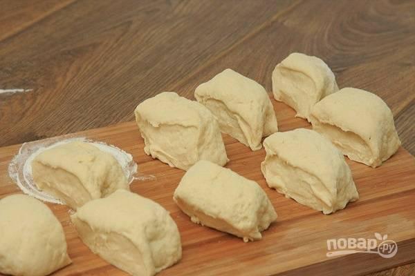 Разделите тесто на две части. Из каждой части сделайте колбаски. Они должны быть не очень толстые. Колбаски нарежьте на небольшие кусочки. Из такого количества ингредиентов у меня получается 15 частей.