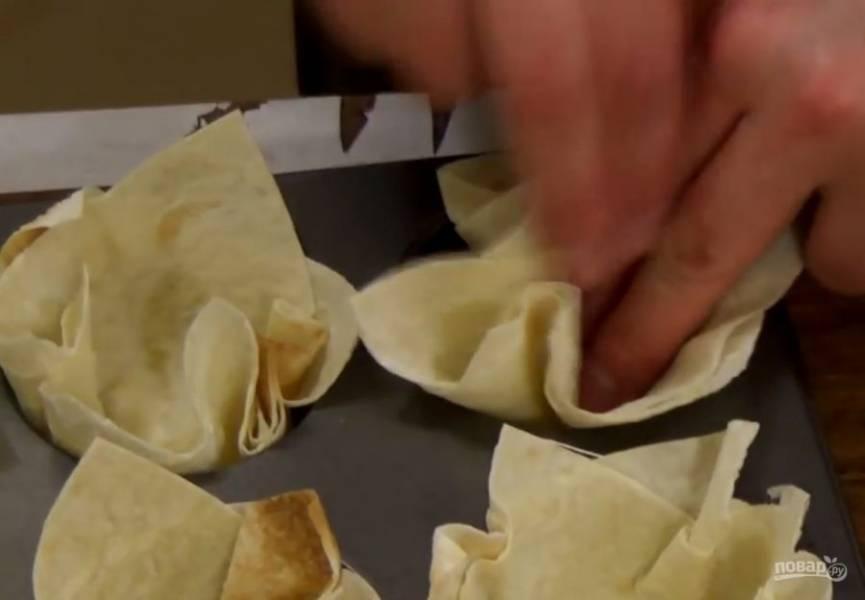 2. Аккуратно поместите лаваш в форму для выпекания кексов и отправьте в разогретую до 180 градусов духовку на 10-15 минут.