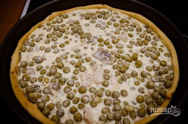 10. Достаньте основу, выложите начинку ровным слоем и влейте заливку. Отправьте пирог в духовку, запекайте при температуре 180 градусов минут 15-20.
