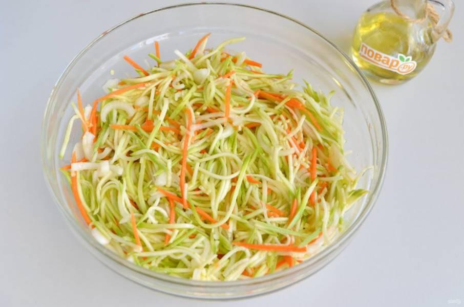 5. Оставьте овощи стекать соком на 30-50 минут.