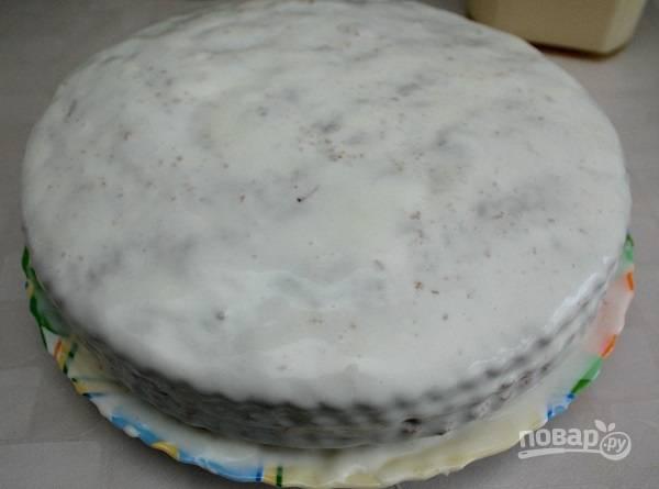 10. Остатками крема смажьте бока и хорошо промажьте верхушку. Все, наш пирог готов. Дайте ему постоять несколько часов, чтобы он пропитался. Перед подачей его можно дополнительно украсить по желанию.