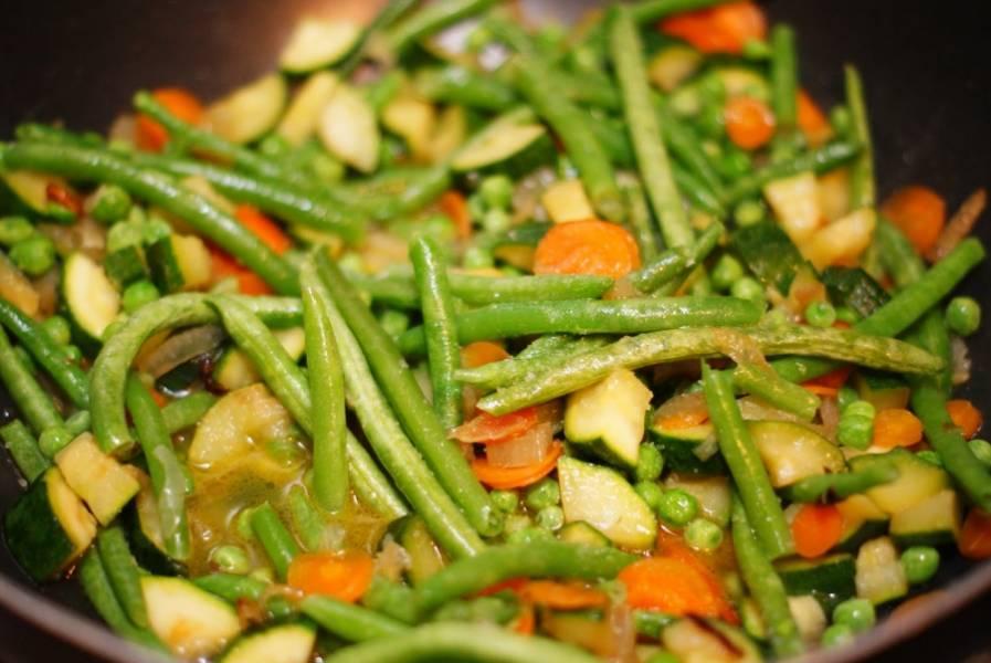 Затем в сковородку добавляем размороженные фасоль и горошек. Перемешиваем. Добавляем стакан воды и пробуем на соль. на этом же этапе добавляем в сковороду шалфей. Накрываем крышкой и тушим овощи еще около 10 минут.