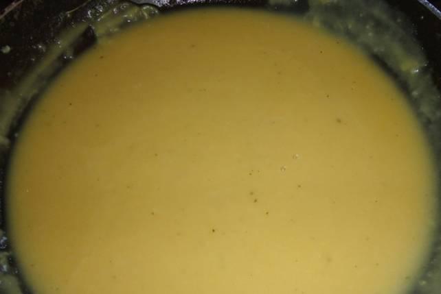 Слегка обжарьте муку, а затем влейте бульон. Варите вместе 7-8 минут. Желток взбиваем с солью и подмешиваем к соусу.