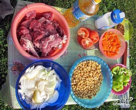 Подготовить продукты: мясо порубить, помыть, обсушить, овощи порезать.