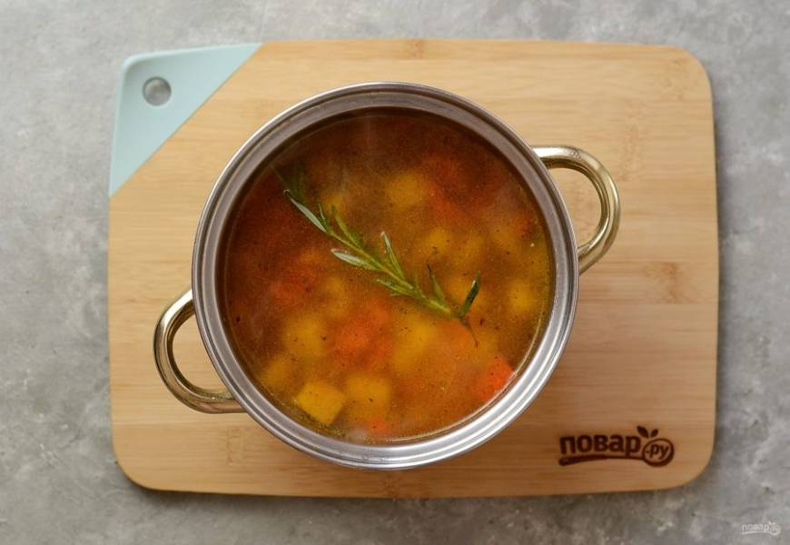 Переложите овощную зажарку и тыкву, влейте бульон. Поперчите и приправьте суп мускатным орехом. Варите минут 20-25, пока тыква не станет мягкой.