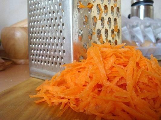 5. Еще один весьма неожиданный ингредиент - это морковь. Ее необходимо очистить и натереть на терке.