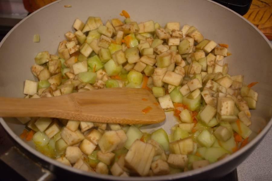 Тушим все вместе до готовности. Когда овощи станут чуть мягче, добавляем томатный соус, соль, сахар и специи по вкусу. Тушим до готовности, помешивая.