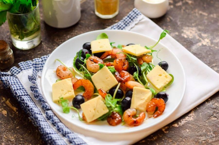 Следом добавьте в салат пластины сыра. Посолите и поперчите по вкусу, также можете дополнительно сбрызнуть салат гранатовым соусом.