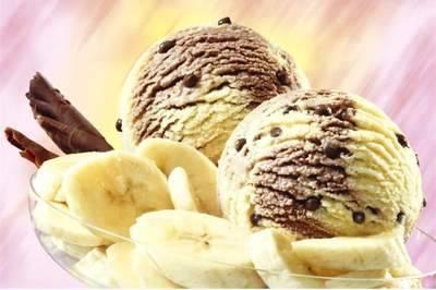 4. Готовое мороженое подаем порционно в креманке и украшаем фруктами, мятой или тертым шоколадом. Вкус такого мороженого потрясающий, а вместе с йогуртом он вовсе необычный.