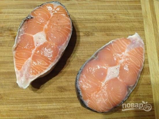 Очистим, помоем и обсушим кусочки лосося.