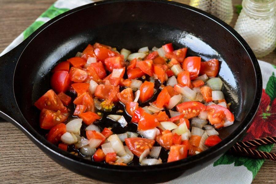 Обжаривайте овощи на сковороде с добавлением растительного масла в течение 3-4 минут.