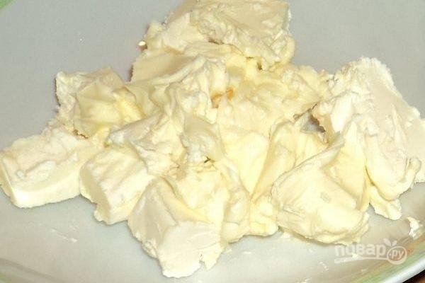 1.  Масло выньте из холодильника заранее, чтобы оно нагрелось до комнатной температуры и размягчилось. Для ускорения данного процесса нарежьте его при помощи ножа на мелкие кусочки.