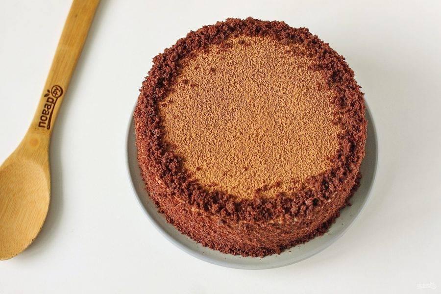 Бисквитной крошкой обсыпьте бока торта, а сверху торт хорошо присыпьте какао.