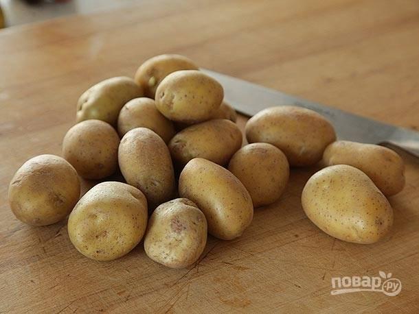 1. Вымойте картошку, нарежьте ее пластинками.