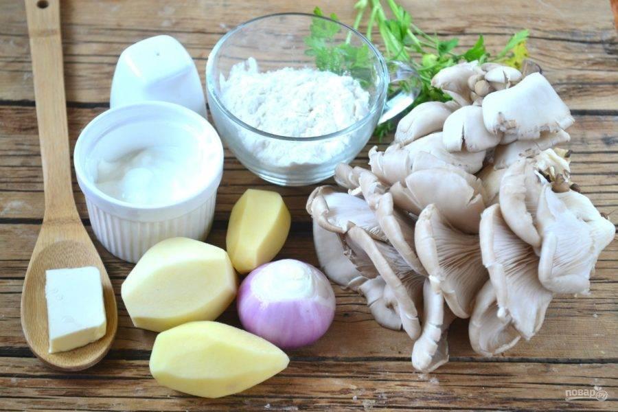 Подготовьте все необходимые ингредиенты. Картофель и лук очистите.