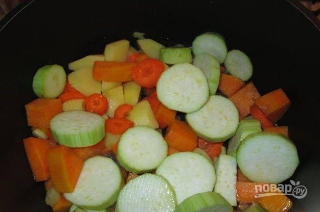 Морковь, цукини и картофель произвольно нарежьте. Добавьте овощи в казан.
