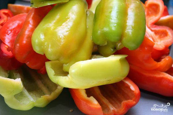 Итак, начинаем с того, что моем и очищаем от семян и мембран наш перец. Я для визуальной красоты всегда использую разноцветный перец. Да и вкус так получается богаче.