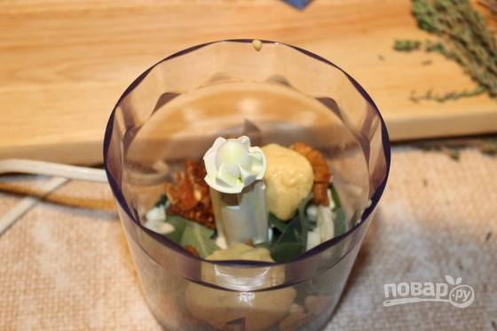 2. В чашу блендера отправьте панировочные сухари, пармезан, чеснок, горчицу, соль, перец и зелень по вкусу. Измельчите все до однородности.