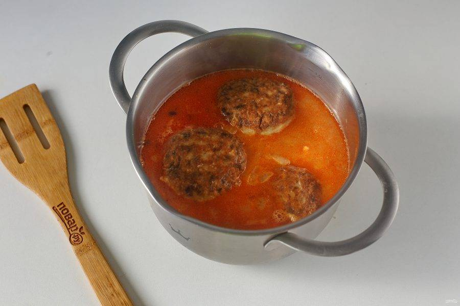 Полейте тефтели томатно-сметанным соусом и на небольшом огне тушите около 10-15 минут.