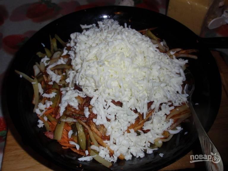 Белки отделите от желтков. Белки натрите на крупной тёрке к основному салату, а желтки натрите на мелкой в отдельную миску.