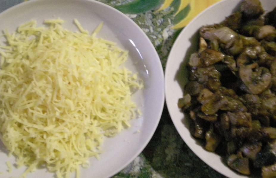 3. Тем временем сделаем начинку. Для этого измельчим грибы и лук, обжарим все на растительном масле. Специи - по вкусу. Сюда же добавим тертый сыр. Все перемешаем и разложим по корзиночкам.