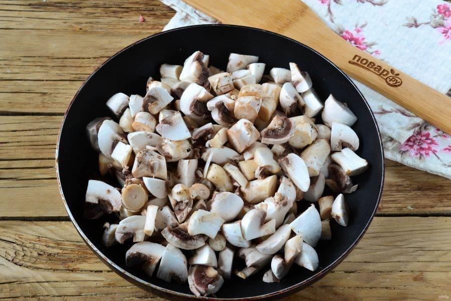 Грибы мелко нарежьте и обжарьте в растительном масле до готовности. Посолите по вкусу.