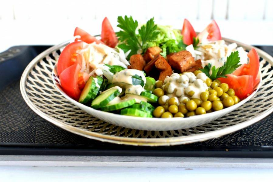 Полейте блюдо соусом и украсьте зеленью. Подавайте сразу же.