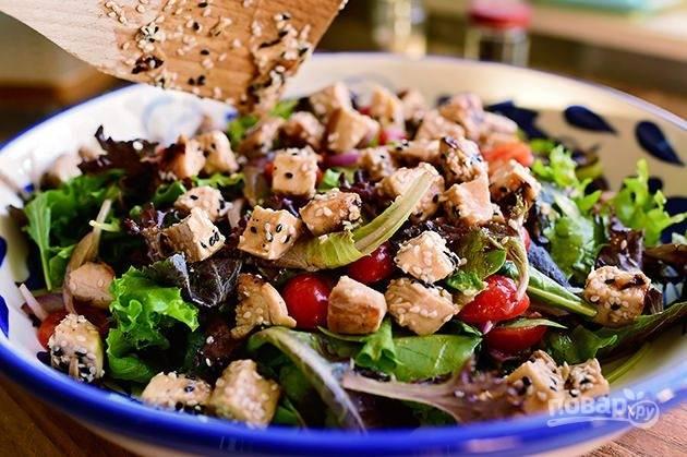 8. К салату введите куриную грудку с кунжутом.