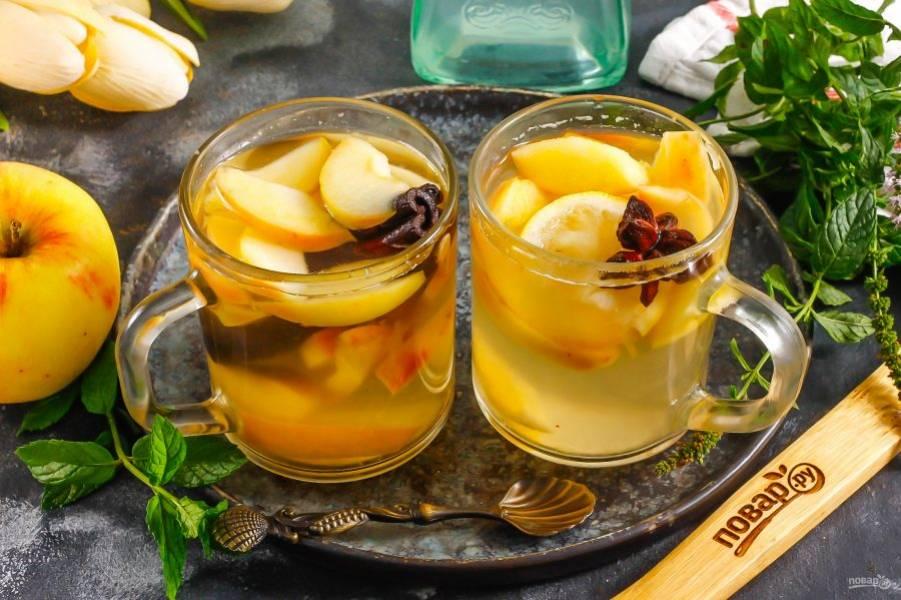 Разлейте горячий глинтвейн в чашки или стаканы, подайте к столу.