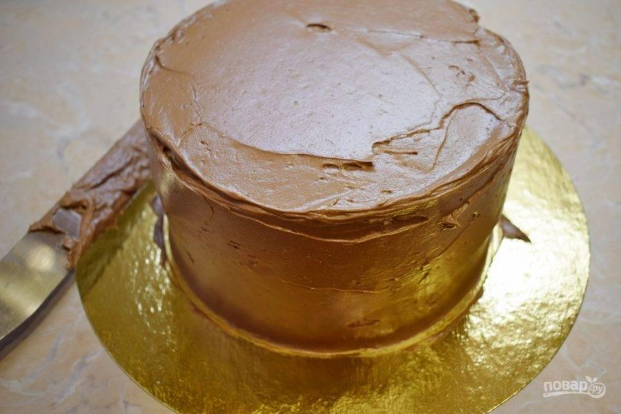 Готовый крем можно сразу же использовать для выравнивания поверхности торта.