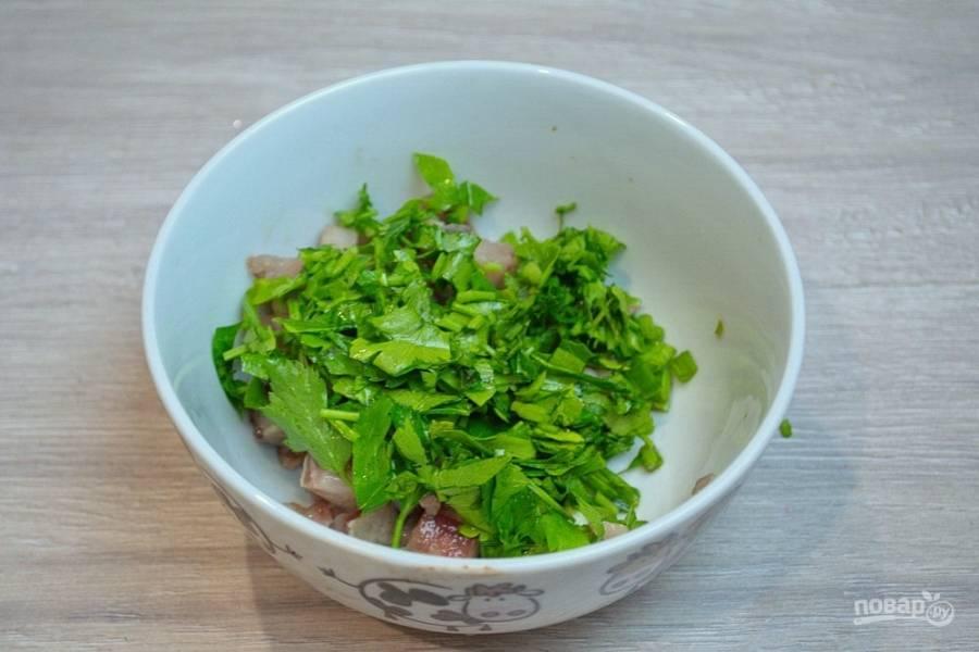 Добавьте измельченную петрушку. Заправьте селедку с зеленью майонезом.
