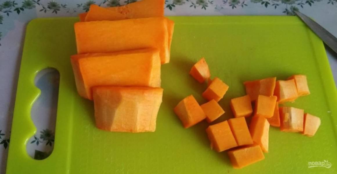 4.Пока тыква в духовке, займитесь приготовлением начинки: разрежьте мякоть небольшими кусочками.