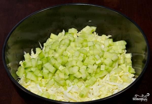 3. Туда же нарежьте небольшими кубиками огурец. Чтобы салатик был нежнее, советую очистить его от кожуры.