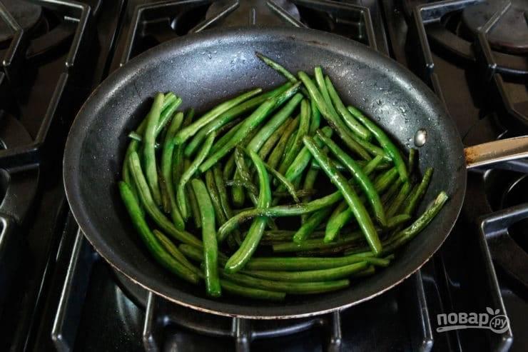 Затем отправьте стручки в глубокую сковороду, помешивая, обжарьте её 7 минут. В это же время свеклу почистите и нарежьте крупными дольками. Также обжарьте их до готовности с маслом.