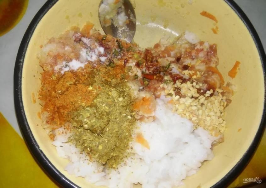 5.Рис промываю и отвариваю до готовности, затем перекладываю его к фаршу, по вкусу добавляю специи (сушеный чеснок, укроп, петрушка).