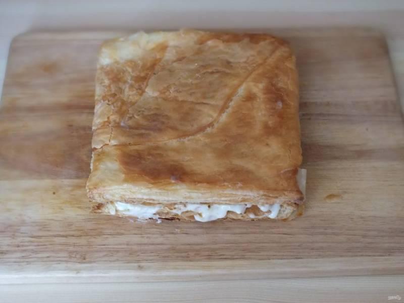 Повторите манипуляцию с коржом и накройте корж с кремом. Подобным образом соберите весь торт.