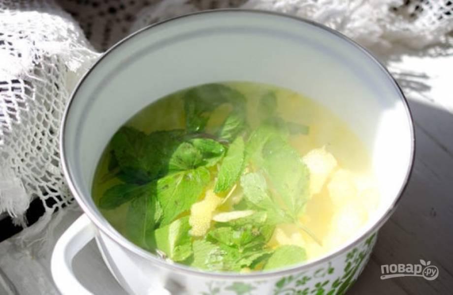 Залейте водой и доведите до кипения. Затем остудите и процедите. По вкусу добавьте сахар.