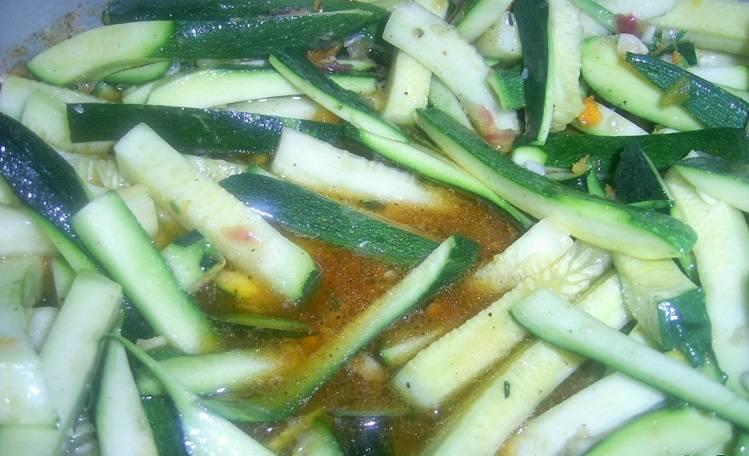 Кладем сверху кабачки, перемешиваем и варим полтора часа на медленном огне. В процессе варки овощная подлива полностью покроет кабачки, кроме того они и сами выделят достаточно много сока.