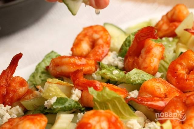Сбрызните салат соком половинки лайма.
