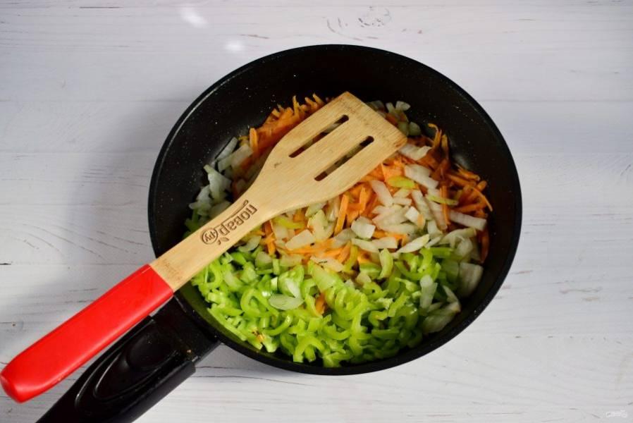Перец сладкий, морковь и лук измельчите, пассеруйте на разогретом растительном масле до мягкости.