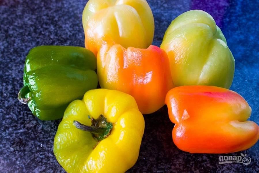 2.Возьмите разноцветные перцы, вымойте их и разрежьте на 2 части, удалите семена и нарежьте их крупно.
