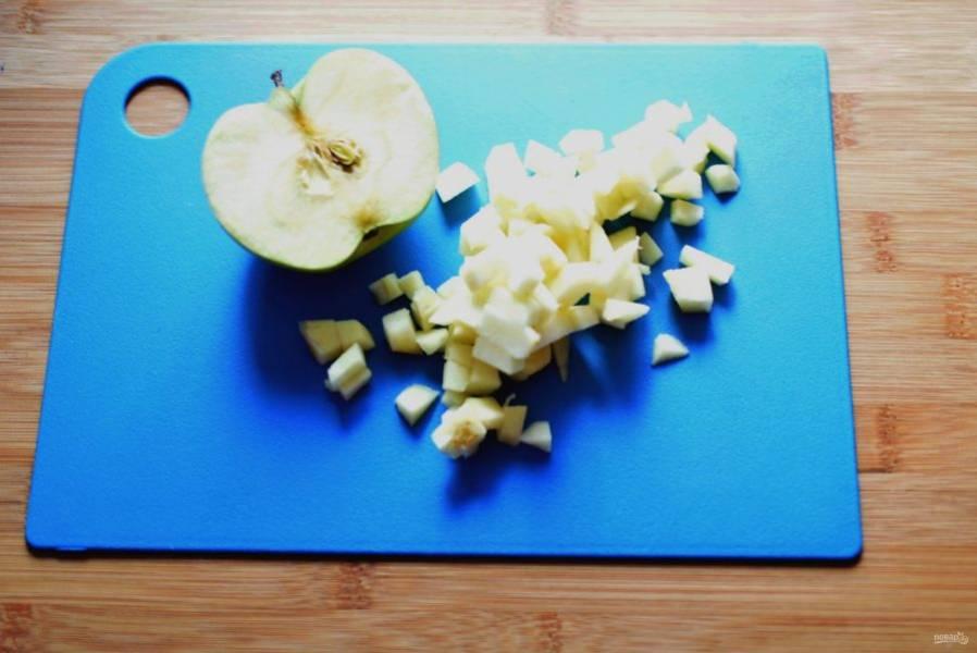 В  оставшемся на сковороде масле обжарьте очищенные и нарезанные кубиками яблоки. В процессе присыпьте сахаром и жарьте до мягкости, не подрумянивая. Затем снимите с огня и добавьте сливочное масло, пусть пропитает яблоки. Отправьте яблоки к печени, посолите, поперчите, обязательно добавьте щепотку мускатного ореха.