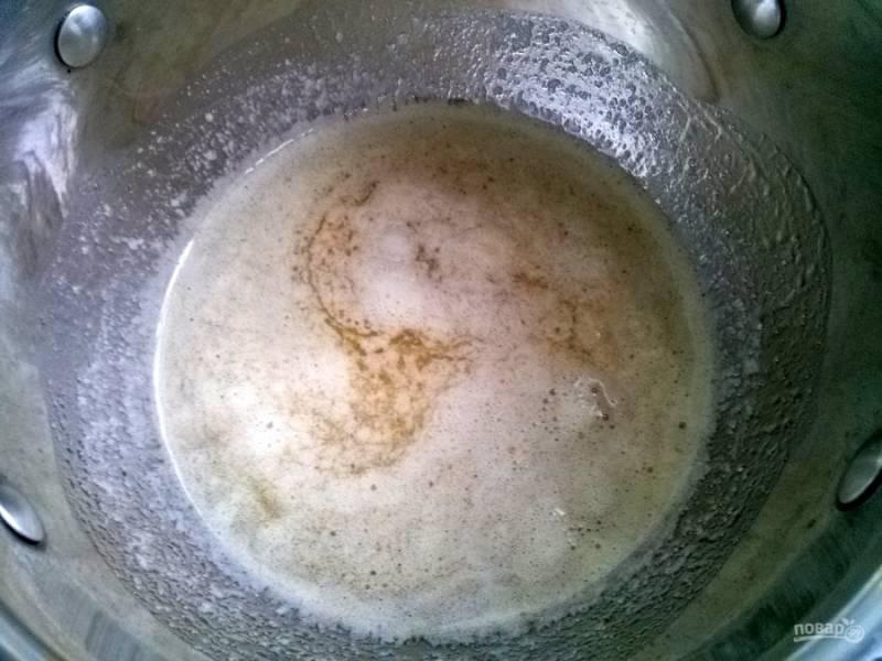 В растопленную смесь добавьте соду. Дождитесь, пока сода погасится и появится пена.