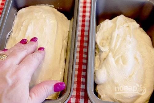 4. Разложите тесто по формам и оставьте в тепле подходить примерно на часик.