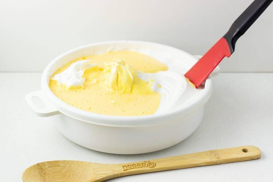 Добавьте желтки в белковую массу и перемешайте лопаткой снизу вверху.